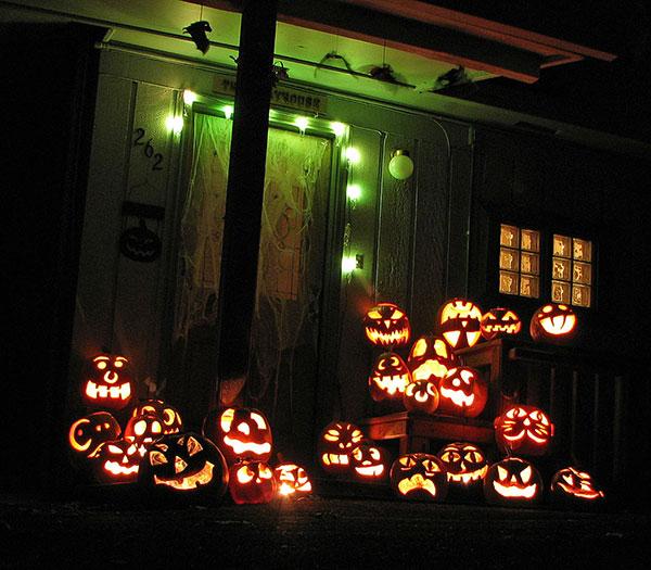 Casa anglosajona con las típicas calabazas de Halloween o Jack´s lantern