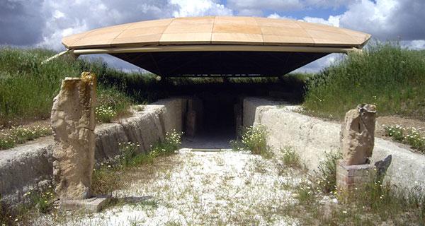 Dolmen de Alberite: entrada (desde el este) y cubierta protectora