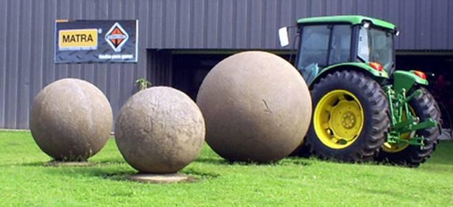 Esferas de piedra: 3 esferas en las instalaciones privadas de la empresa Matra