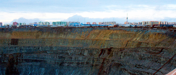 Mina de Mir (Mirny): mina y edificios al fondo (2008)