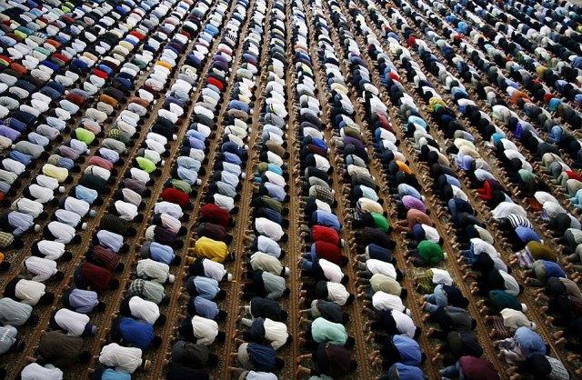 Musulmanes rezando hacia la Meca