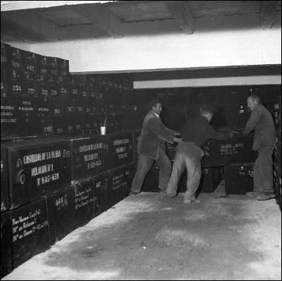 Operarios con las cajas de los restos humanos en el Valle de los Caidos, 1958