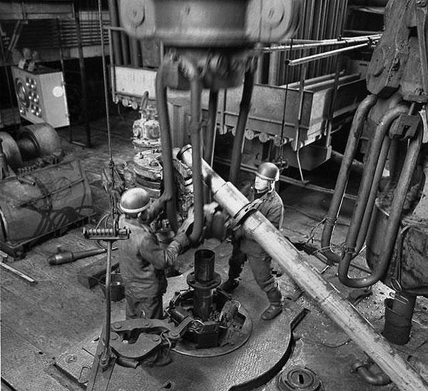 Pozo de Kola: operarios agregando secciones al taladro